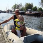 Jasmijn bij opa Kollman in de rubberboot